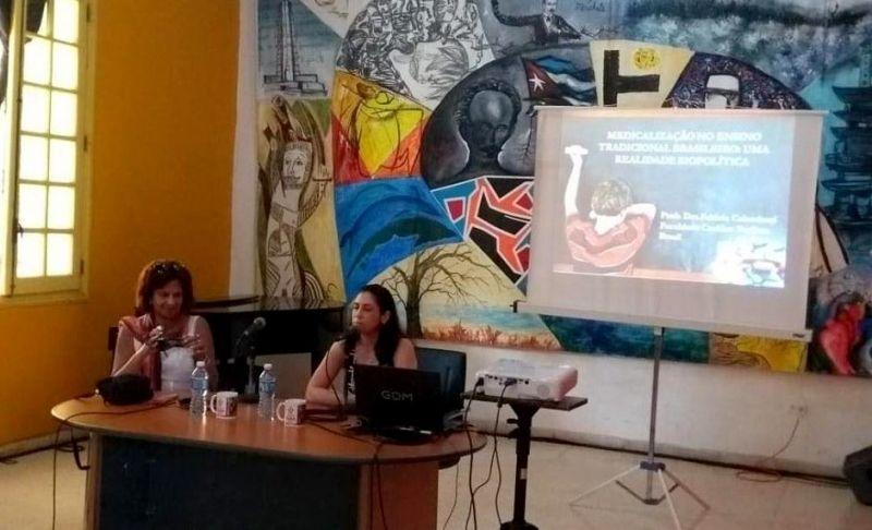 Professora Fabiola Colombani durante palestra em Cuba.