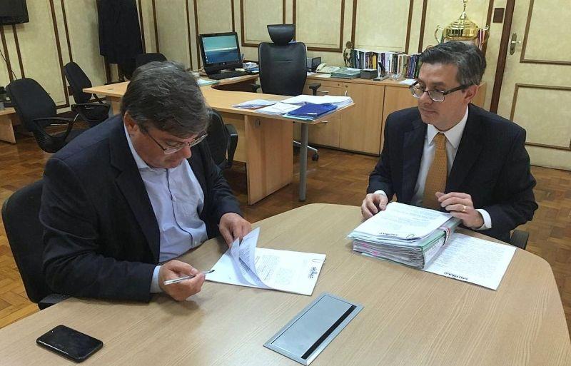Prefeito Daniel assina convênio ao lado do secretário de Estado de Esportes, Aildo Rodrigues.