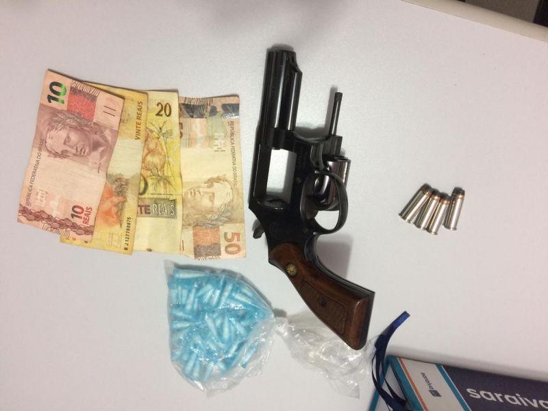 Arma, munições e drogas apreendidas pela Polícia Militar com o assaltante.