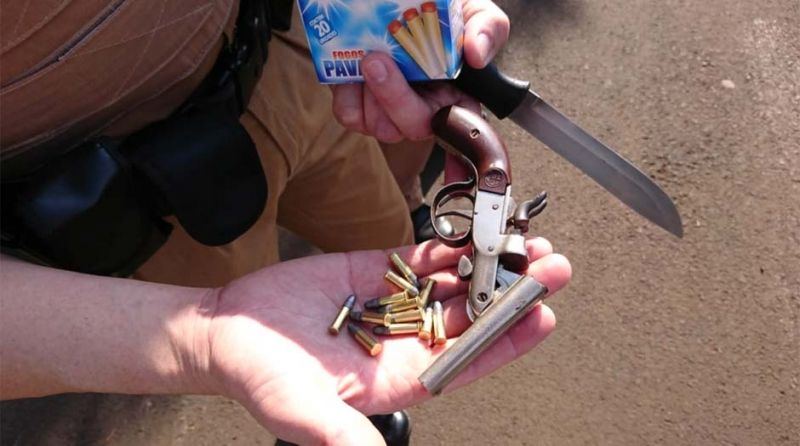 O revólver e a faca foram apreendidos pela Polícia Militar