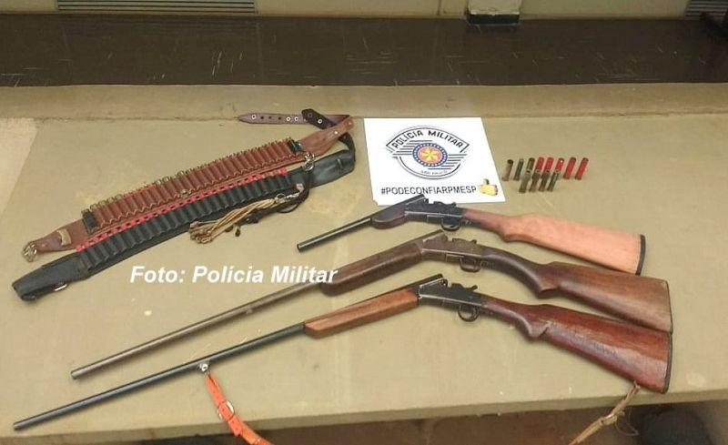 As espingardas e munições apreendidas pela PM.