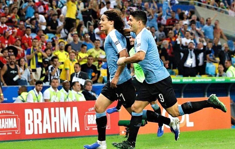 Cavani marca o único gol do Uruguai contra o Chile.
