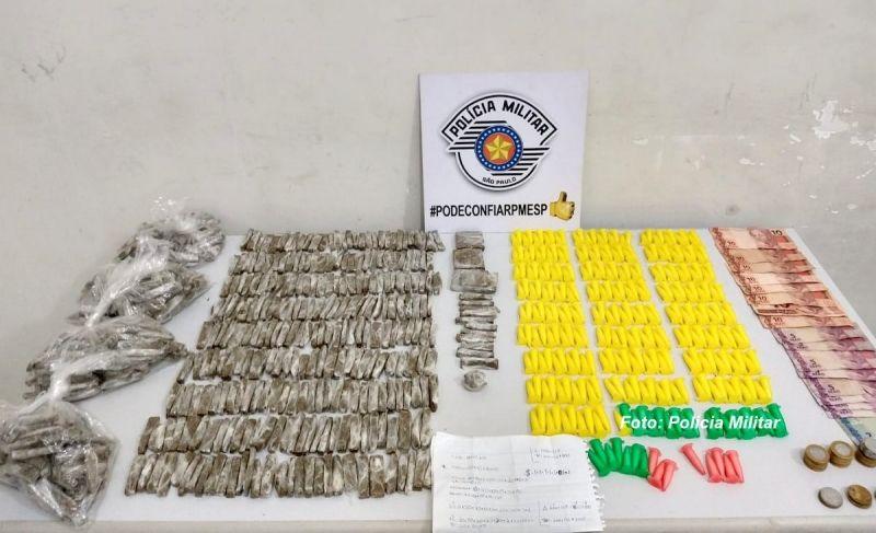 As porções de drogas (prontas para venda) apreendidas pela PM