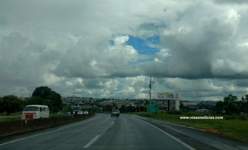 Nuvens carregadas, sol e chuva a qualquer momento. É a previsão para o fim de semana