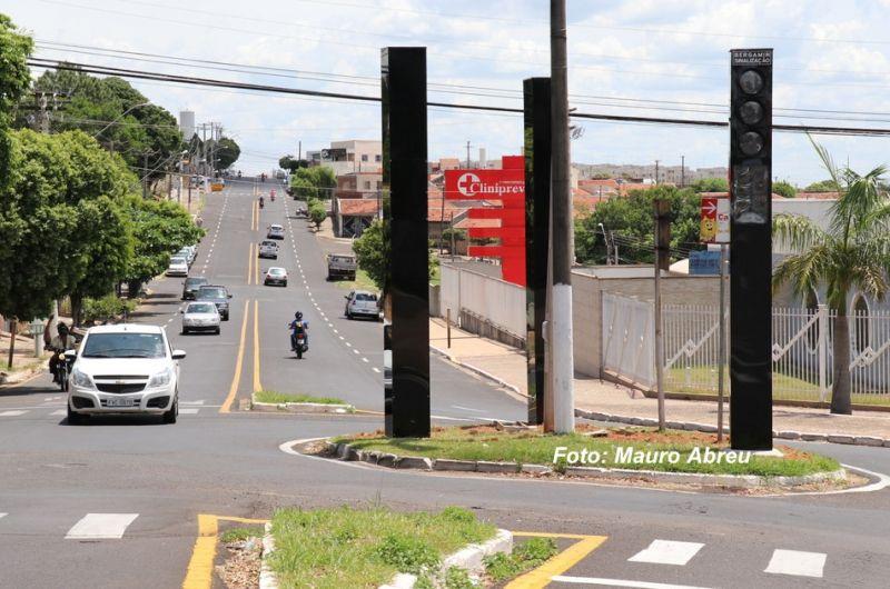 Os semáforos estão sendo instalados na rotatória e causam polêmica.