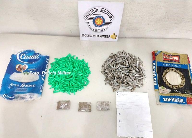 As porções de drogas (prontas para venda) apreendidas pela PM, além de anotações do tráfico.