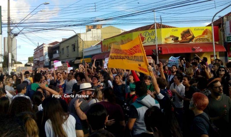 Manifestação nesta tarde, no centro de Marília, reuniu centenas de estudantes
