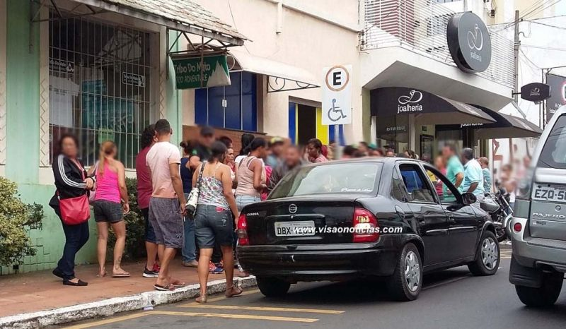 Os cabos eleitorais ficaram esperando o pagamento: protestos pelo atraso.