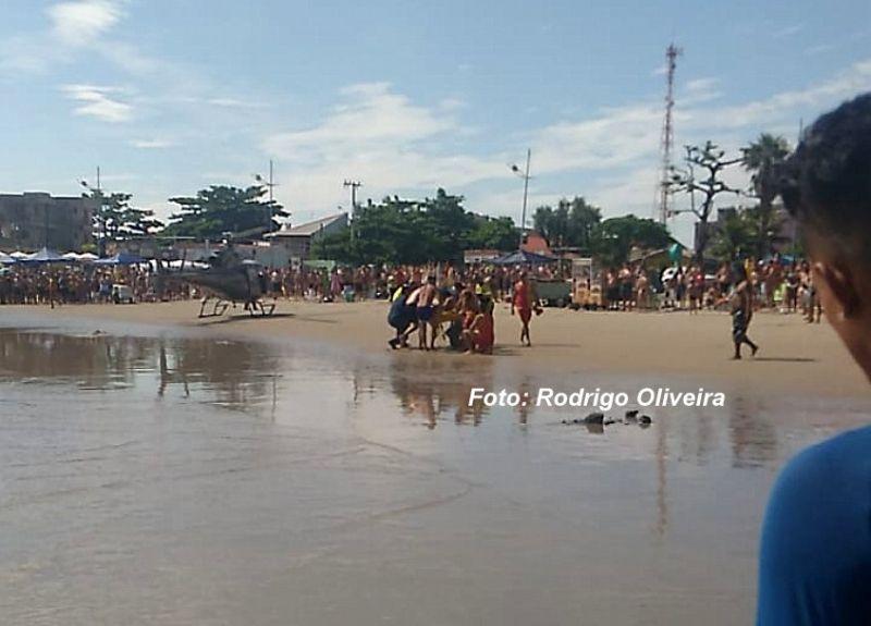 Corpo do banhista foi levado de helicóptero até a praia.