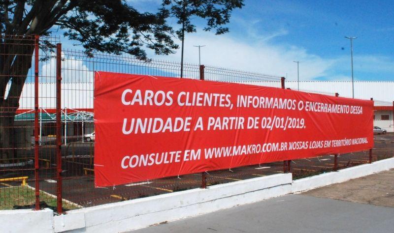 Faixa informa aos clientes fechamento da unidade de Araçatuba.