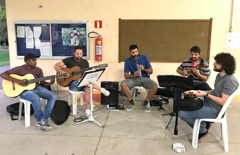 Da esquerda: Leandro, Gabriel, Danilo, Cássio e Luciano ensaiando na UNESP.