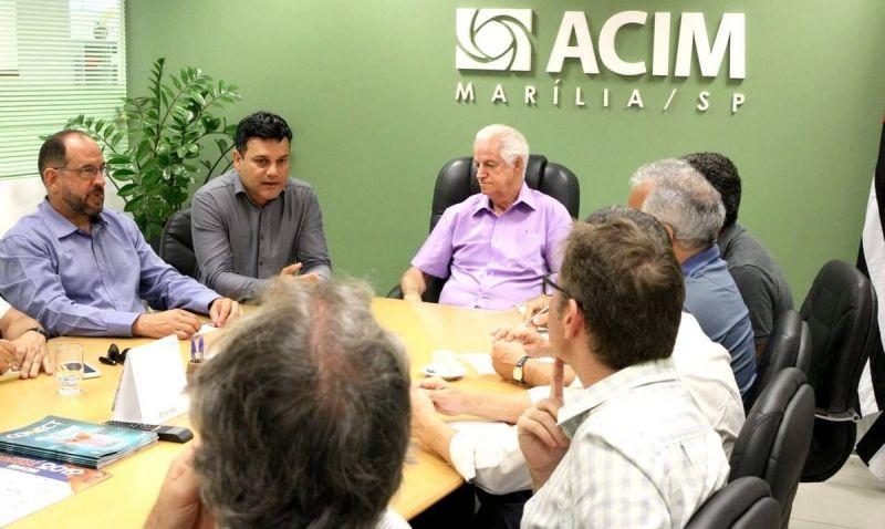 Lideranças durante reunião na sede da ACIM.