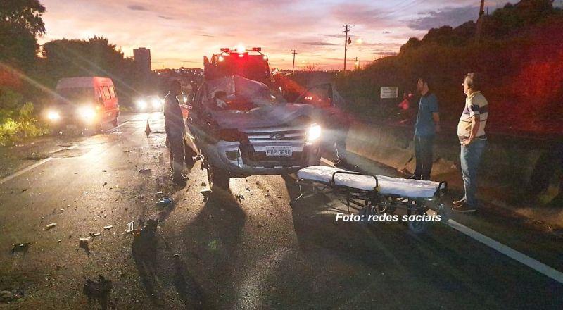 Com o impacto na traseira do caminhão, o passageiro da caminhonete ficou ferido.