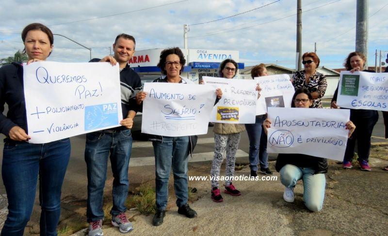 Professores e funcionários da escola Amélia Lopes durante manifestação no bairro.