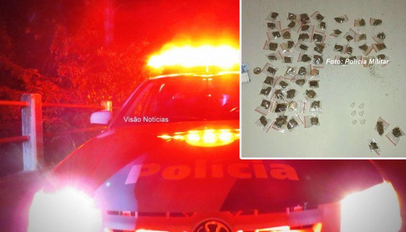 As porções de maconha e cocaína apreendidas pelos policiais militares