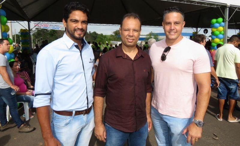 Edson Moreira (entre os gerentes Maílson e Fabiano) durante a entrega do Montana 2.