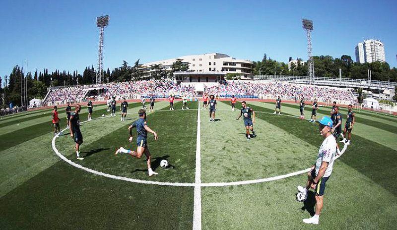 Cerca de 4 mil torcedores lotaram arquibancada do campo do Centro de Treinamento da Seleção Brasileira