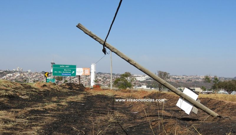 Durante queimada às margens da rodovia do Contorno, este poste não resistiu e acabou caindo