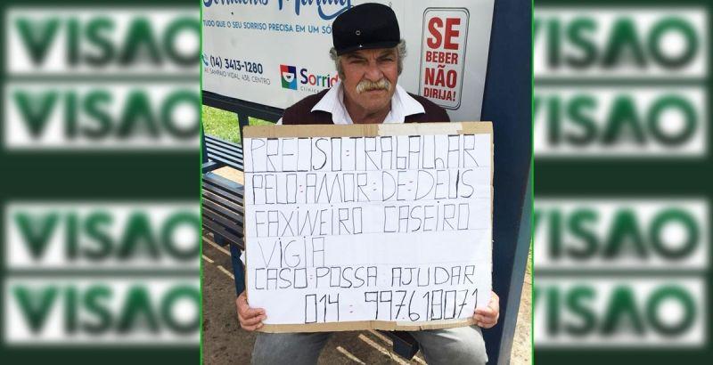 Seu Roberto com o cartaz pedindo emprego. Única maneira encontrara para chamar atenção.
