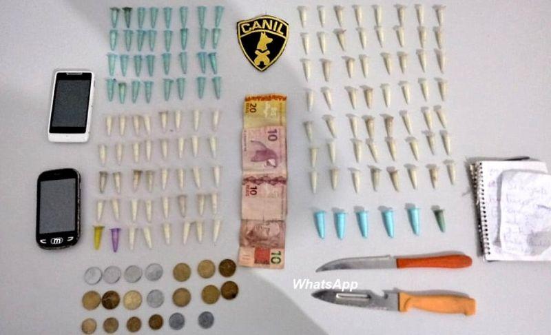 Porções de drogas que foram apreendidas pelos policiais militares