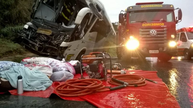 Na batida, o motorista do ônibus acabou morrendo e 17 passageiros ficaram feridos.