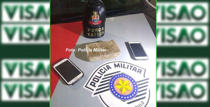 O tablete de maconha e celulares foram apreendidos pelos policiais militares