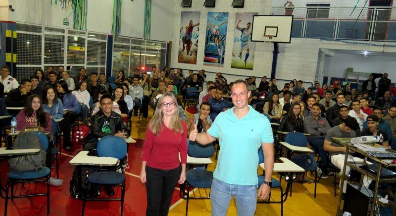 Tenente Derrite e Vânia Françoso durante a palestra no Esquema Concursos.