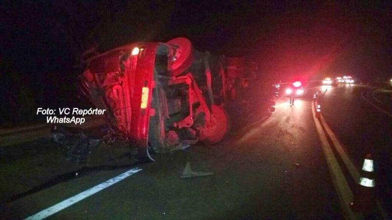 O caminhão tombou ao fazer a curva. Trecho da SP-333 está perigoso