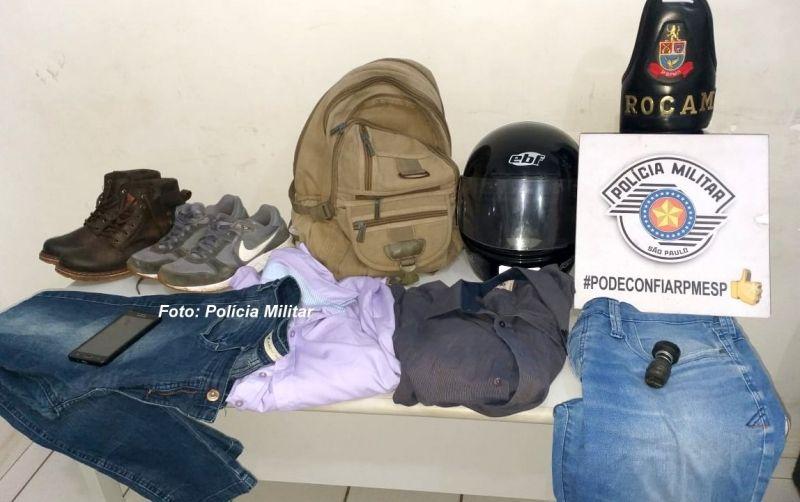Na casa do assaltante, os policiais apreenderam diversos objetos.