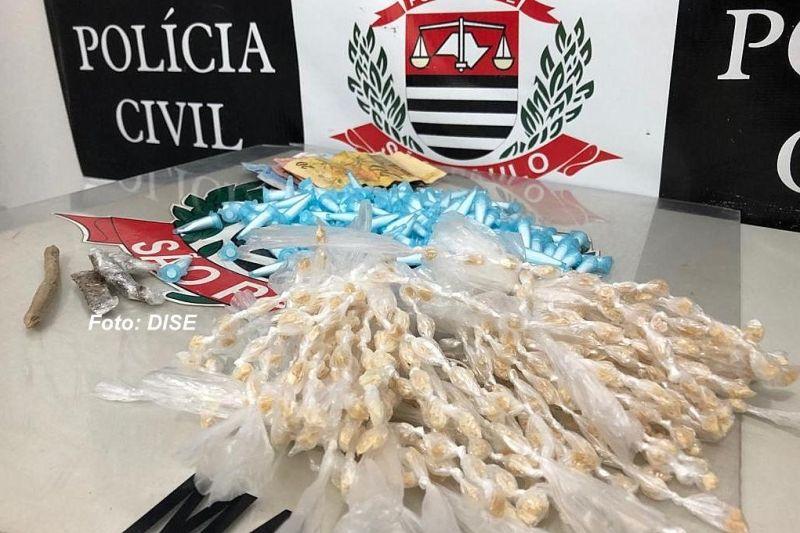 Diversas porções de drogas apreendidas com o menor na operação realizada pela DISE.