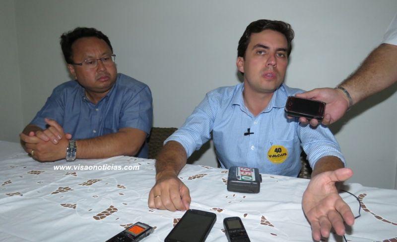 Vinicius dá entrevista ao lado do seu candidato a vice, Élio Ajeka.