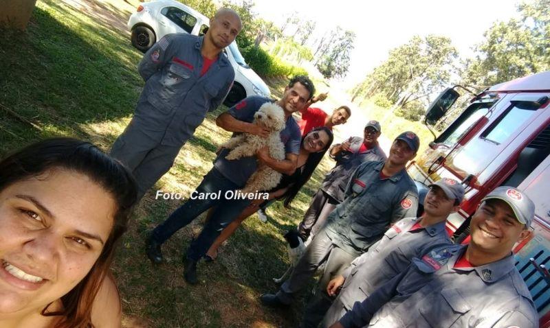 Os moradores com a equipe de salvamento após o segundo resgate.