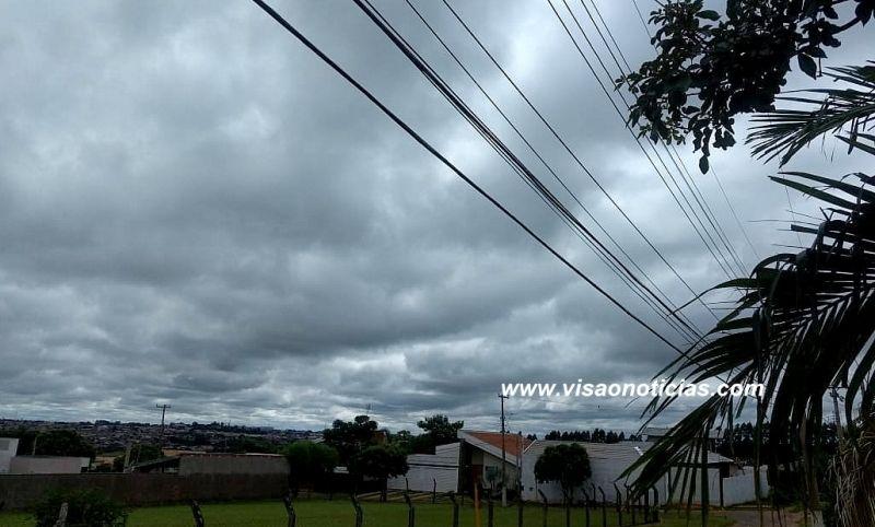 Nuvens carregadas ajudam a refrescar um pouco mais nesta manhã em Marília