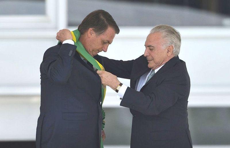 Jair Bolsonaro recebe a faixa do ex-presidente Temer