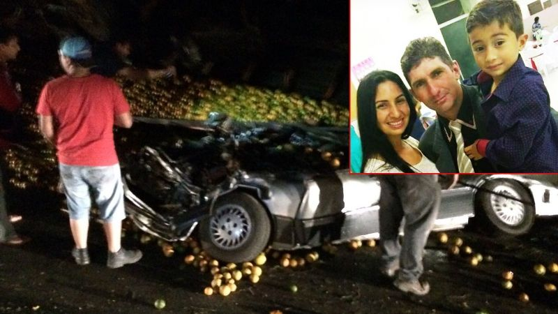 O caminhão caiu em cima do carro, matando os três ocupantes da mesma família