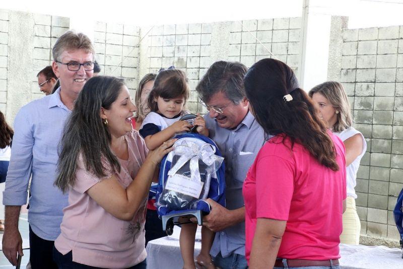 Prefeito Daniel Alonso e lideranças fazem entrega dos novos uniformes