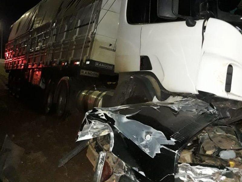 Veículo ficou completamente destruído após se envolver em acidente na BR-153
