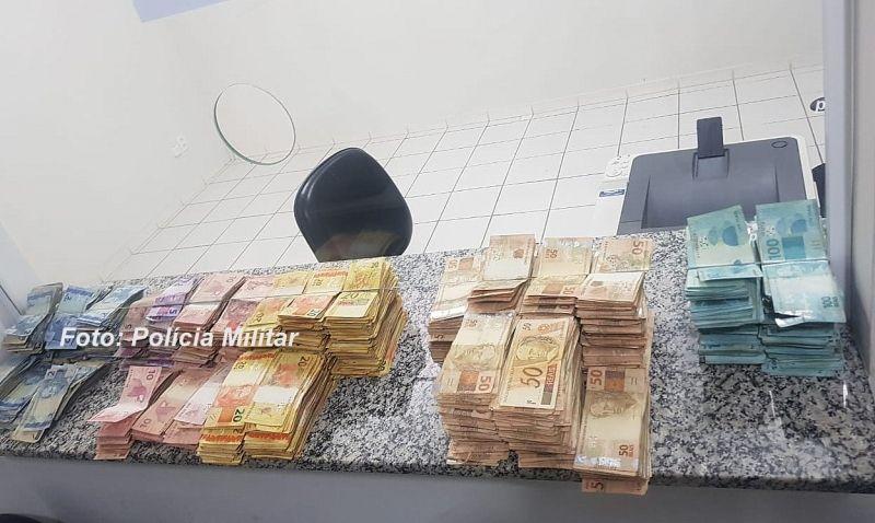 O dinheiro foi apreendido e agora a Polícia Civil vai investigar a origem.