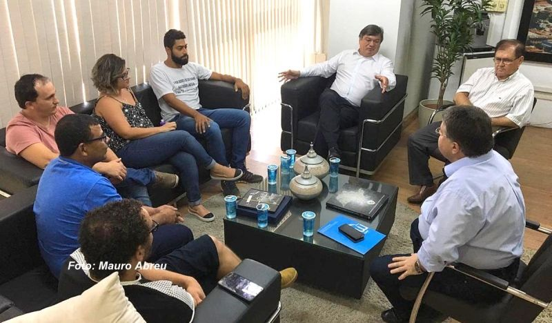 Prefeito, secretários e diretoria do Sindimmar durante reunião