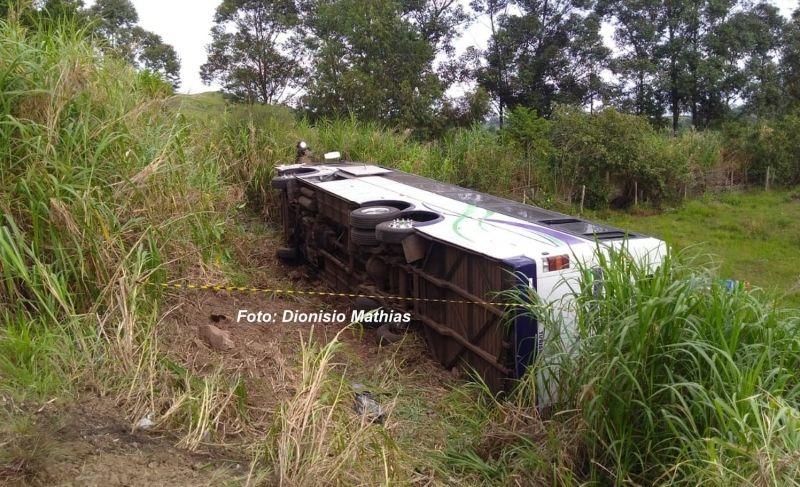 Após os disparos, ônibus caiu numa ribanceira. Motorista acabou morrendo.