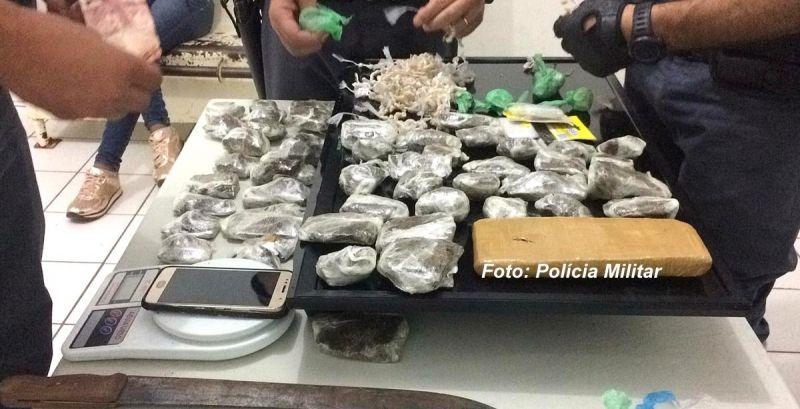 Drogas e o material apreendido pelos policiais militares.