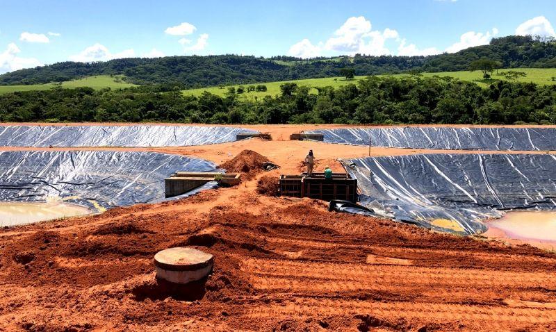 As lagoas de tratamento do esgoto que estão sendo construídas nas duas bacias.