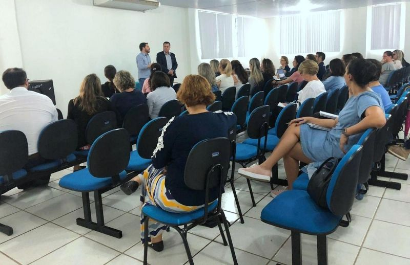 """Secretários municipais durante reunião do programa """"Saúde na Escola"""""""