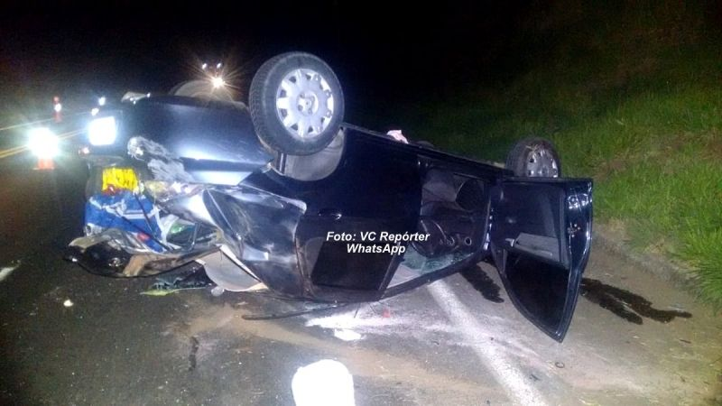 O carro ficou praticamente destruído após o capotamento.