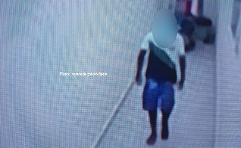O adolescente foi flagrado pelas câmeras de segurança.