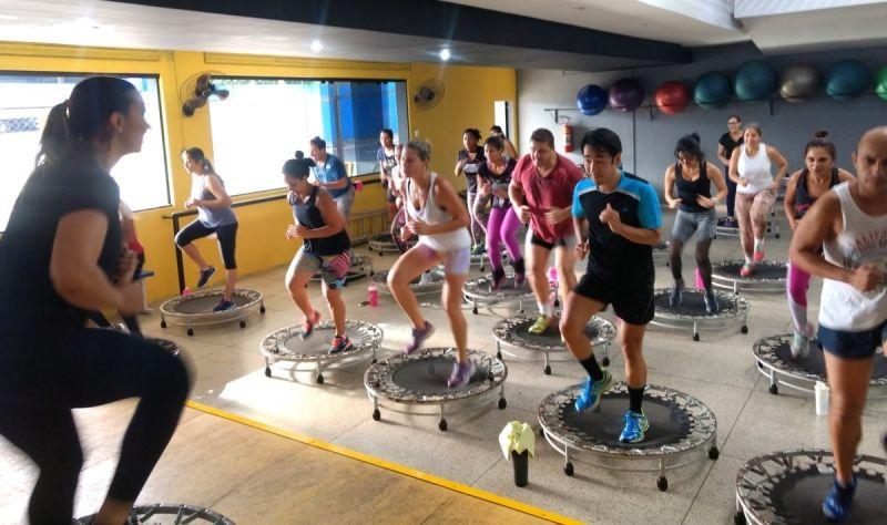 Professora Aline durante aula na academia Forma e Força: rotina de exercícios é importante.