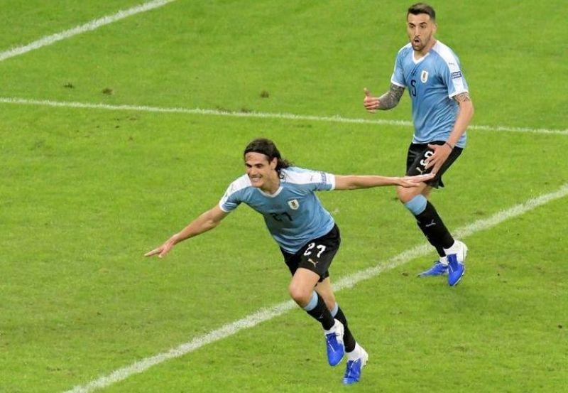 Cavani marcou um golaço na vitória do Uruguai.