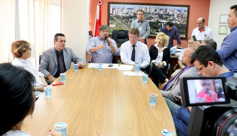Prefeito Daniel explica os objetivos do projeto em reunião na Câmara