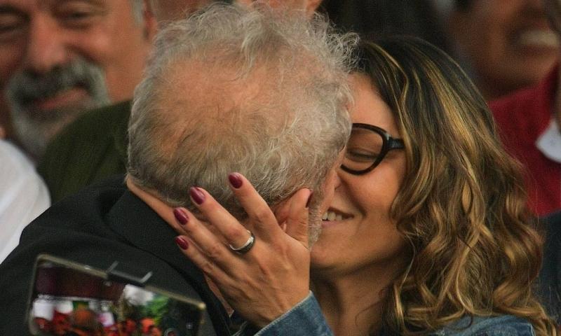 Resultado de imagem para Namorada de Lula abre mão de R$ 20 mil por mês pra ficar com ele