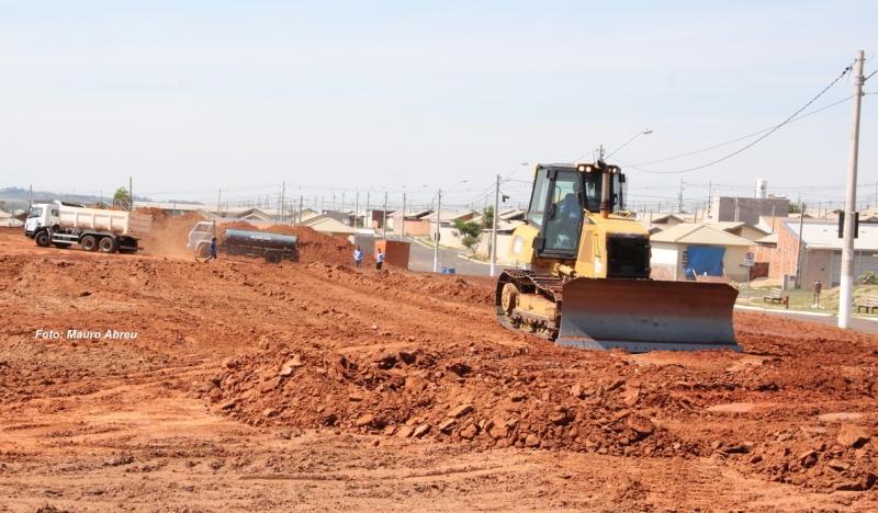 Prefeito vistoria obras de terraplanagem de duas novas escolas na zona norte